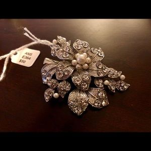 Accessories - BRAND NEW pearl & crystal leaf hair clip